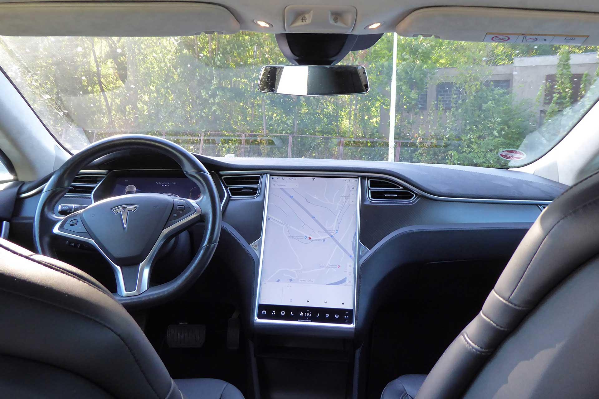 Tesla-S--innen-white